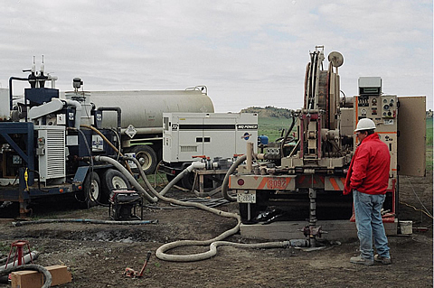 LANL microdrilling at the RMOTC-operated Teapot Dome Field at NPR. No. 3.  The microdrilling rig includes the coiled tubing drilling unit on the right, mud cleaning system on the left, and the RMOTC drilling water truck in the center.